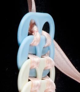 Detalle del enlazada para la pulsera hecha de anillas de lata