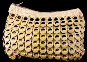 Monedero realizado con anillas de lata de plástico de color oro claro.