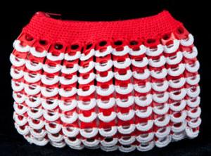 Monedero realizado con anillas de lata de plástico de color rojo y adornos blancos.