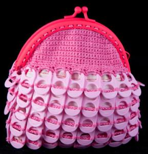 Monedero realizado con anillas de lata de plástico de color rosa.