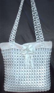 Bolso hecho con anillas de lata de plástico de color gris