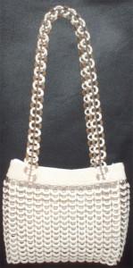Bolso hecho con anillas de lata de plástico de color marrón