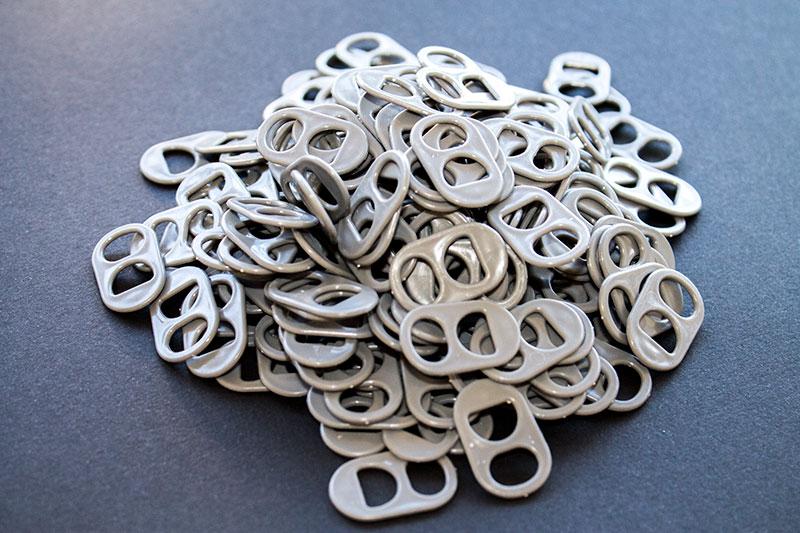 anillas de lata de color gris oscuro