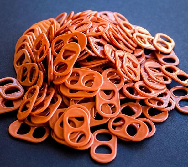 Anilla de lata de plastico de color marron