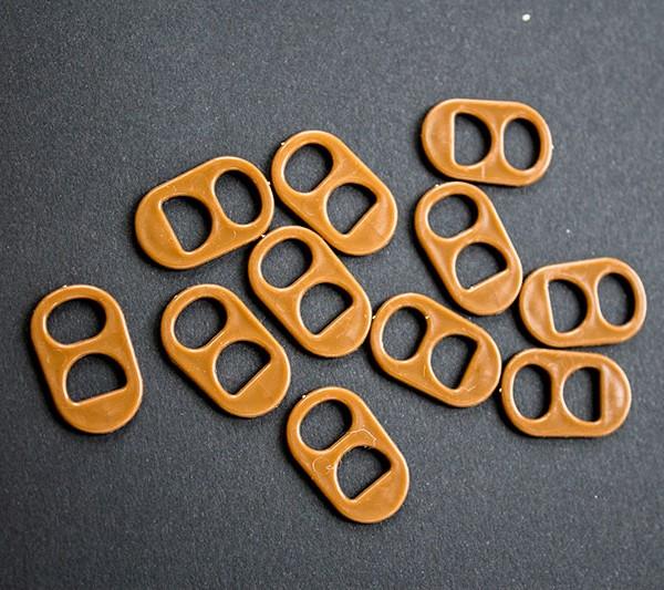 Anilla de lata de plastico de color marron oscuro